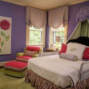 Idee per una cameretta per neonata chic di medie dimensioni con pareti viola e pavimento in legno massello medio