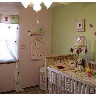 Diseño de habitación de bebé niña clásica renovada, de tamaño medio, con paredes rosas y moqueta