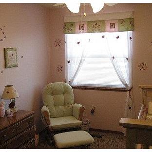 Imagen de habitación de bebé niña tradicional renovada, de tamaño medio, con paredes rosas y moqueta