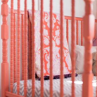 Diseño de habitación de bebé niña tradicional renovada, de tamaño medio, con paredes púrpuras y moqueta
