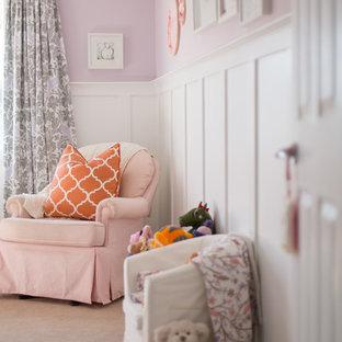Imagen de habitación de bebé niña clásica renovada, de tamaño medio, con paredes púrpuras y moqueta