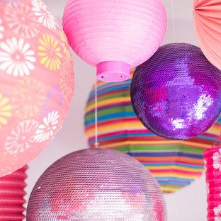 Idée de décoration pour une chambre de bébé fille tradition de taille moyenne avec un mur violet et moquette.