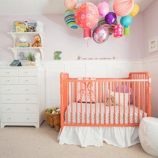 Modelo de habitación de bebé niña clásica renovada, de tamaño medio, con paredes púrpuras, moqueta y suelo beige