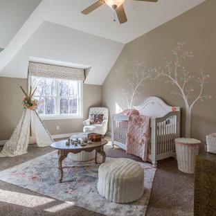 Bild på ett vintage babyrum, med bruna väggar, heltäckningsmatta och grått golv