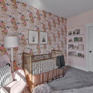 Foto di una cameretta per neonata country con pareti multicolore, moquette, pavimento grigio e carta da parati