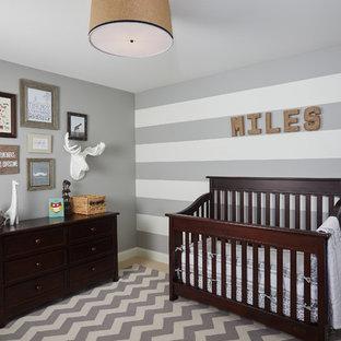 Modelo de habitación de bebé niño tradicional, grande, con paredes grises y moqueta
