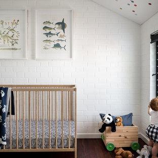 Cette photo montre une chambre de bébé industrielle.