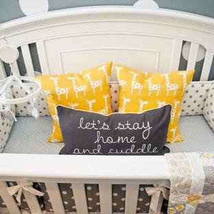 Idées déco pour une chambre de bébé neutre classique avec un mur gris et un sol en bois brun.