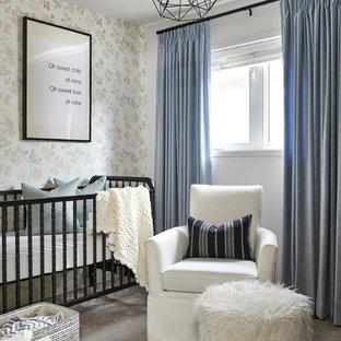 Imagen de habitación de bebé niño clásica, pequeña, con moqueta, paredes multicolor y suelo gris