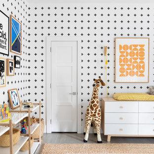 Modelo de habitación de bebé niño marinera, grande, con suelo de madera oscura y suelo gris