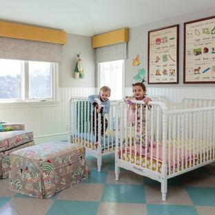 Modelo de habitación de bebé neutra tradicional renovada, grande, con paredes grises, suelo de madera pintada y suelo multicolor