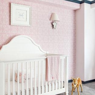 Diseño de habitación de bebé niña tradicional renovada, grande, con suelo gris