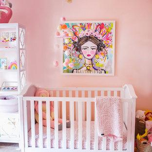 Inspiration för klassiska babyrum, med rosa väggar och heltäckningsmatta