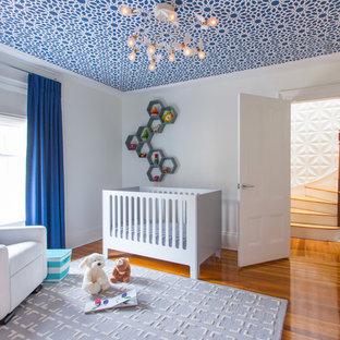 Imagen de habitación de bebé tradicional renovada de tamaño medio