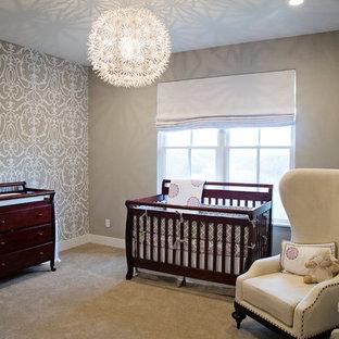 Idées déco pour une chambre de bébé neutre classique avec un mur gris, moquette et un sol gris.