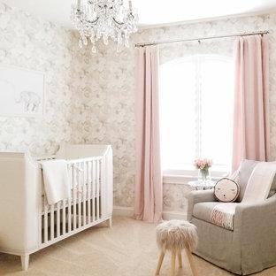 Ispirazione per una cameretta per neonati classica con pareti beige, moquette e pavimento beige