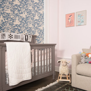 Idées déco pour une petite chambre de bébé neutre asiatique avec un sol en bois foncé.
