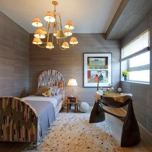 Aménagement d'une chambre de bébé neutre contemporaine avec un sol en bois clair et un mur marron.