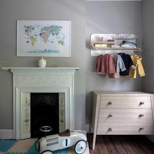 Idee per una cameretta per neonati neutra vittoriana di medie dimensioni con pareti beige, pavimento in legno massello medio e pavimento marrone