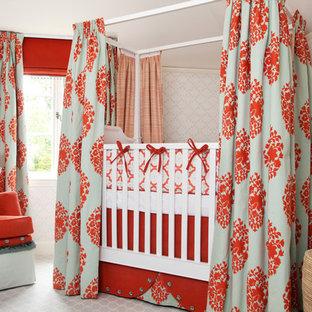 Ejemplo de habitación de bebé niña bohemia con moqueta y paredes multicolor