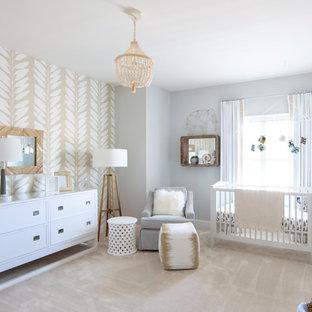 Imagen de habitación de bebé neutra tradicional renovada con paredes grises, moqueta y suelo beige