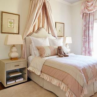 Imagen de habitación de bebé niña clásica renovada con paredes blancas, suelo de madera oscura y suelo marrón