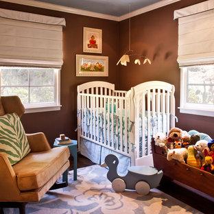 Ejemplo de habitación de bebé neutra tradicional renovada con paredes marrones y suelo de madera oscura