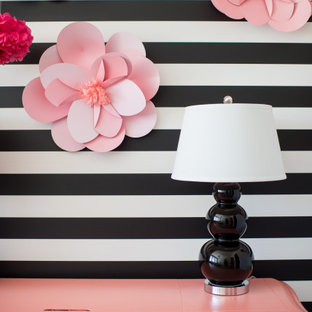 Inspiration pour une chambre de bébé neutre design de taille moyenne avec un mur multicolore et moquette.