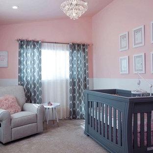 Idéer för shabby chic-inspirerade babyrum, med rosa väggar och heltäckningsmatta