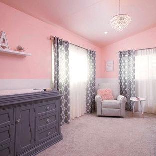 Idee per una cameretta per neonata shabby-chic style con pareti rosa e moquette