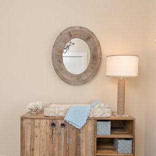 Modelo de habitación de bebé neutra marinera, pequeña, con paredes beige y moqueta
