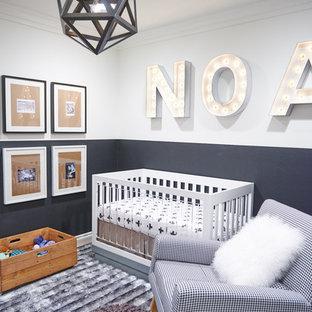 Aménagement d'une petite chambre de bébé neutre contemporaine avec un mur gris et un sol gris.