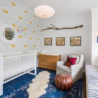 Imagen de habitación de bebé niño tradicional renovada, de tamaño medio, con paredes blancas, suelo de madera oscura y suelo marrón