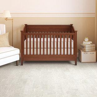 Diseño de habitación de bebé neutra actual, de tamaño medio, con paredes beige y suelo de corcho