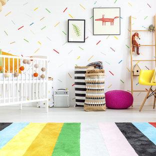 Inspiration för ett mellanstort eklektiskt könsneutralt babyrum, med vita väggar, betonggolv och vitt golv
