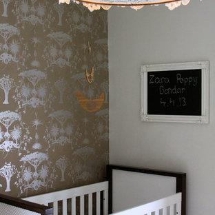 Diseño de habitación de bebé niña clásica renovada, pequeña, con paredes multicolor