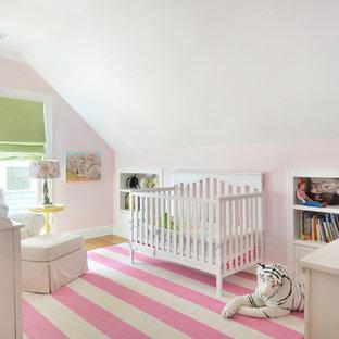 Idées déco pour une chambre de bébé fille classique avec un mur rose et un sol rose.