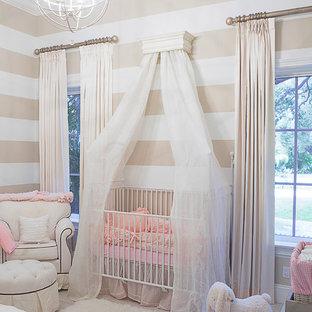 Cette image montre une grand chambre de bébé traditionnelle avec un mur multicolore et un sol en carrelage de porcelaine.