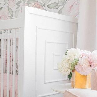 Diseño de habitación de bebé niña clásica renovada, de tamaño medio, con paredes blancas