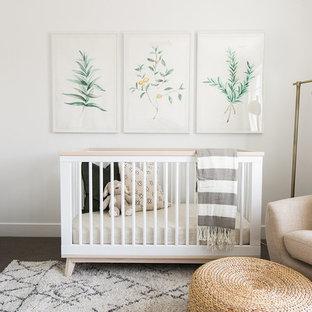 Imagen de habitación de bebé neutra clásica renovada con paredes blancas
