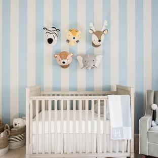 Modelo de habitación de bebé niño clásica renovada con moqueta, paredes azules y suelo beige