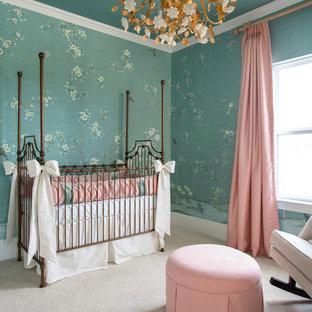 Foto de habitación de bebé niña tradicional, de tamaño medio, con paredes verdes, moqueta y suelo beige
