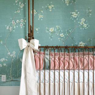 Ejemplo de habitación de bebé niña tradicional renovada, de tamaño medio, con paredes verdes, moqueta y suelo beige