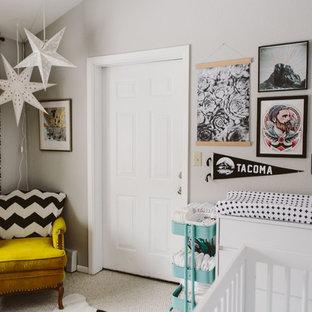 Exemple d'une chambre de bébé neutre éclectique avec un mur gris, moquette et un sol blanc.