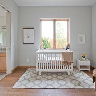 Ejemplo de habitación de bebé niña actual con paredes grises