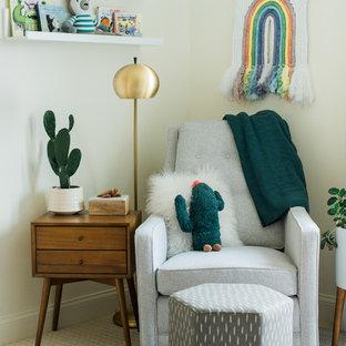 Foto de habitación de bebé neutra retro, de tamaño medio, con paredes blancas, moqueta y suelo blanco