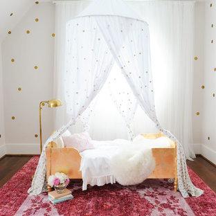 Foto de habitación de bebé clásica renovada, de tamaño medio, con paredes blancas, suelo de madera oscura y suelo marrón