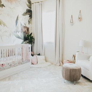 Kleines Klassisches Babyzimmer mit bunten Wänden und hellem Holzboden in Los Angeles