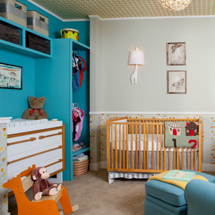 Cette photo montre une grand chambre de bébé garçon tendance avec un mur bleu, moquette, un sol marron, un plafond en papier peint et du papier peint.