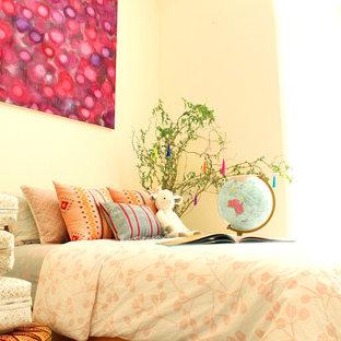 Свежая идея для дизайна: нейтральная комната для малыша среднего размера в морском стиле с белыми стенами и полом из известняка - отличное фото интерьера